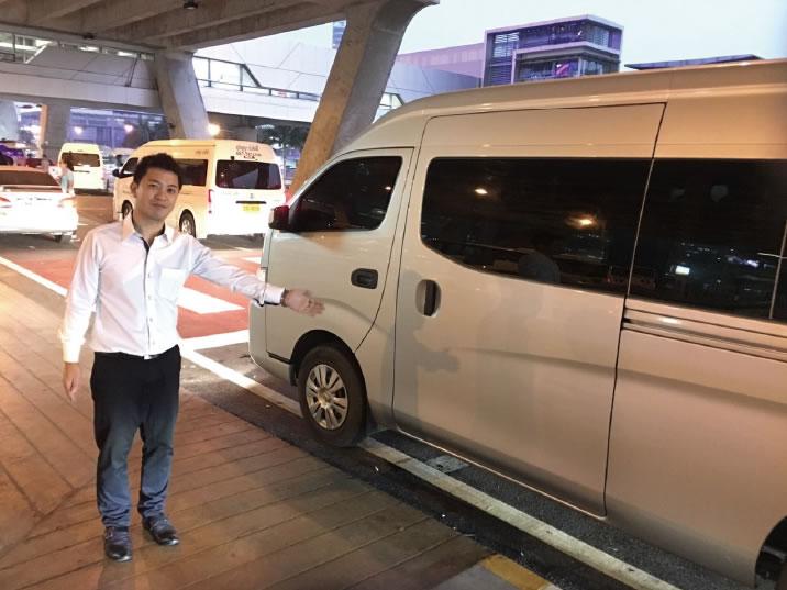 タクシーでホテルへ向かいます。