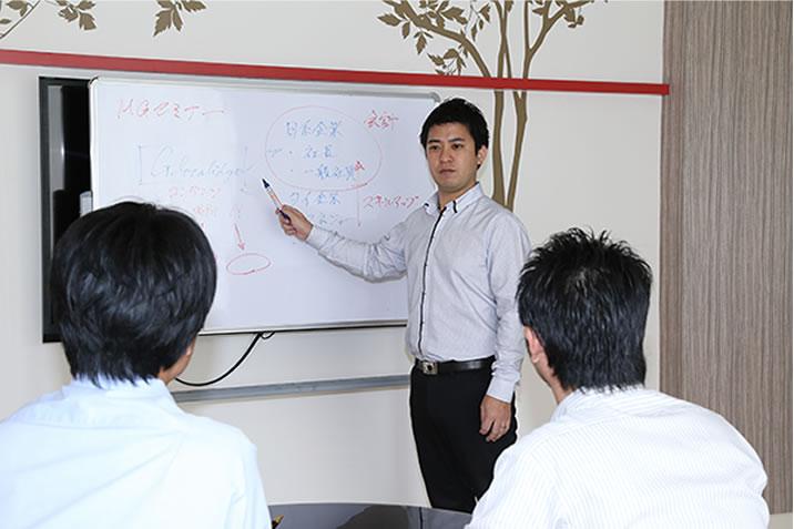 まずは、タイのお勉強。グローカリージでは知識と経験豊富な現地スタッフによるブリーフィングを行い、タイに関する見識を深めていただきます。